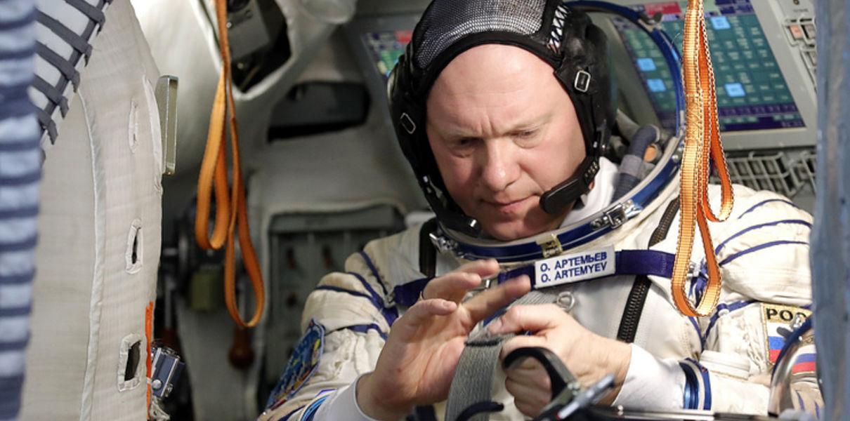 Космонавт Олег Артемьев показал, как выглядит спутник, пролетающий мимо МКС (видео)