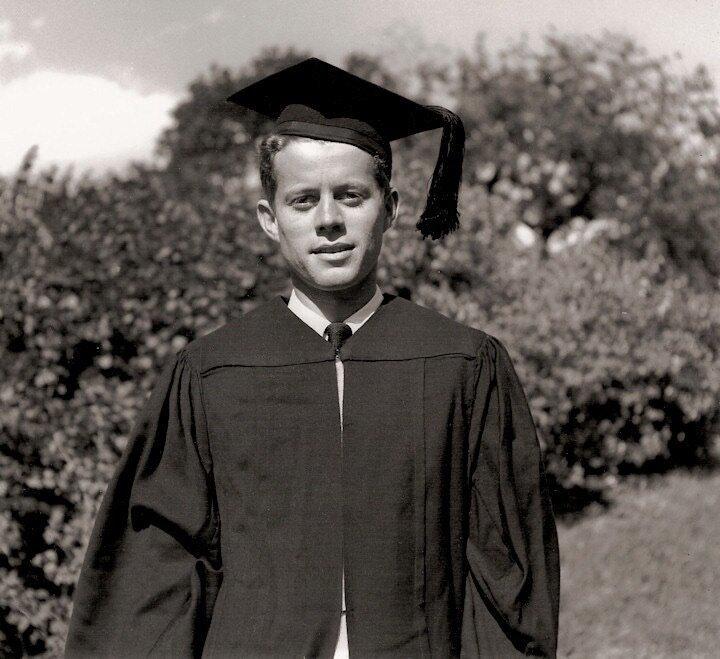 Джон Ф. Кеннеди сразу после окончания средней школы 1934 г.