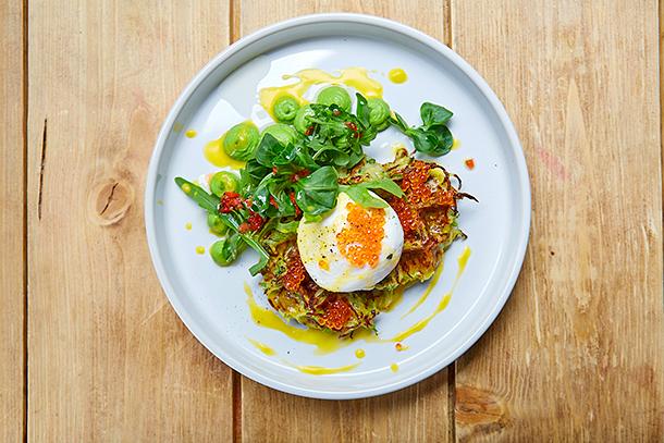 Рецепт для воскресного завтрака: оладьи из кабачков с красной икрой
