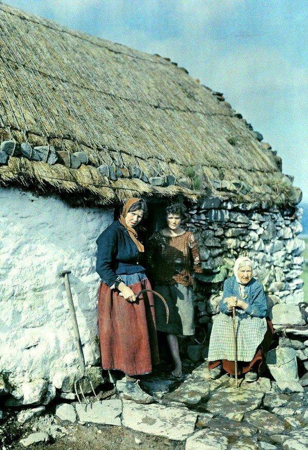 Три поколения женщин стоят возле своего каменного дома в Ирландии. 1927 год.