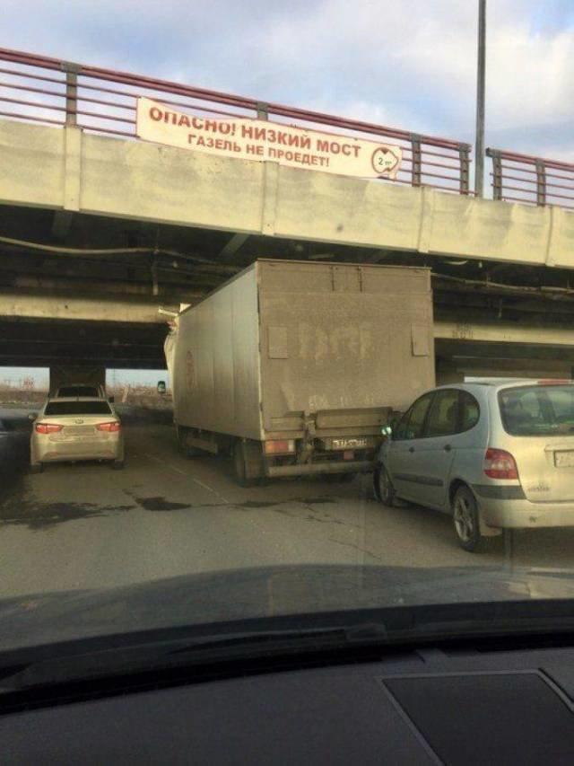 Газель не пройдет, а грузовик все равно попытается животные, люди, неудача, плохой день, прикол, фейл, юмор