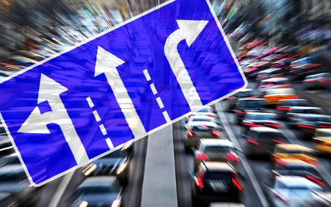 Новый эксперимент на дорогах: вместо растяжек – боковые указатели