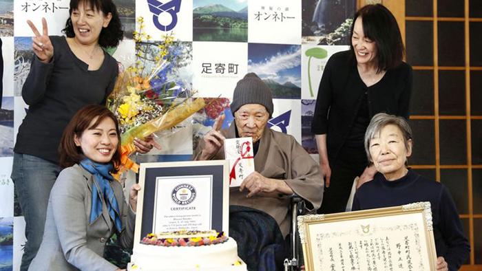 Масадзо Нонака в окружении своей семьи.