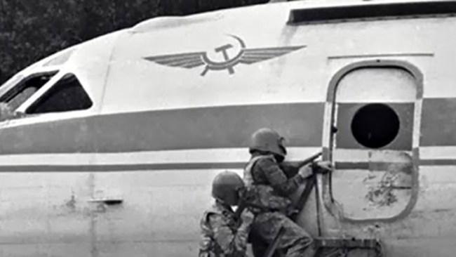 «Раскройте рты, сорвите уборы — ваш лайнер захватили мальчики-мажоры»: авиатеракт 1983 года история
