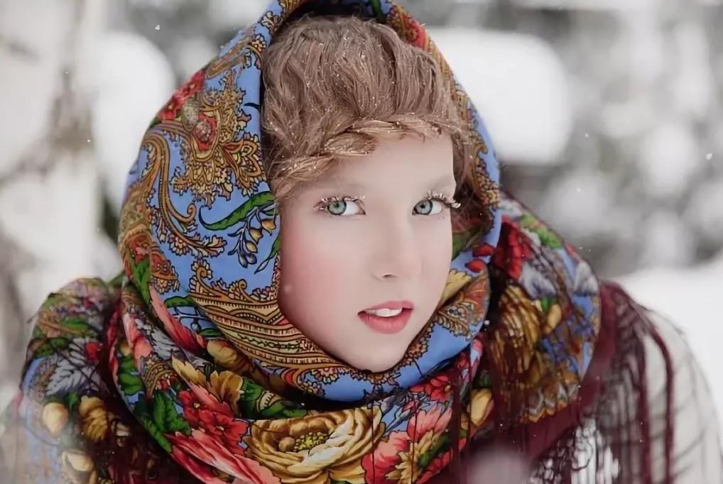 фото в русском платке зимой среди друзей знакомых
