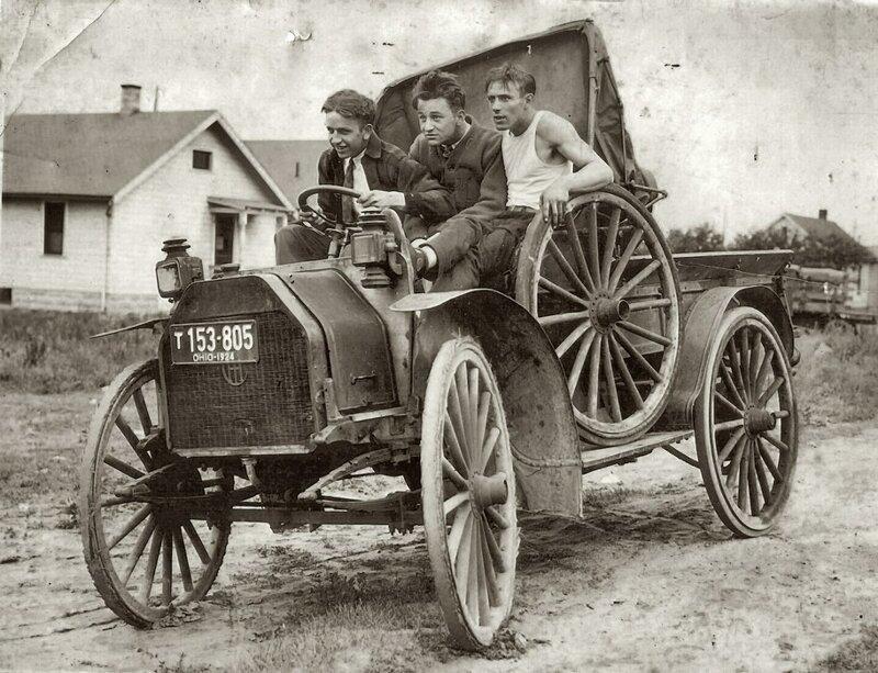 Трое друзей отправляются в путешествие на своем новом автомобиле, Огайо, около 1924 г.