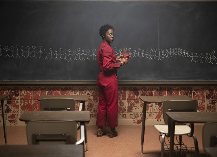 """Страшно красиво: как Люпита Нионго поддерживает образ своей героини из хоррора """"Мы"""" на красной дорожке Мода"""