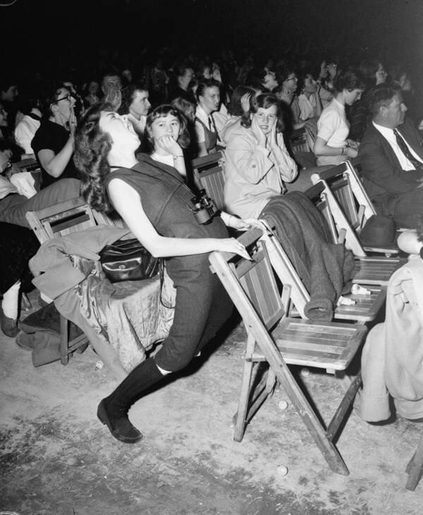 Фанатка на концерте Элвиса Пресли на Филадельфийской арене 6 апреля 1957 года