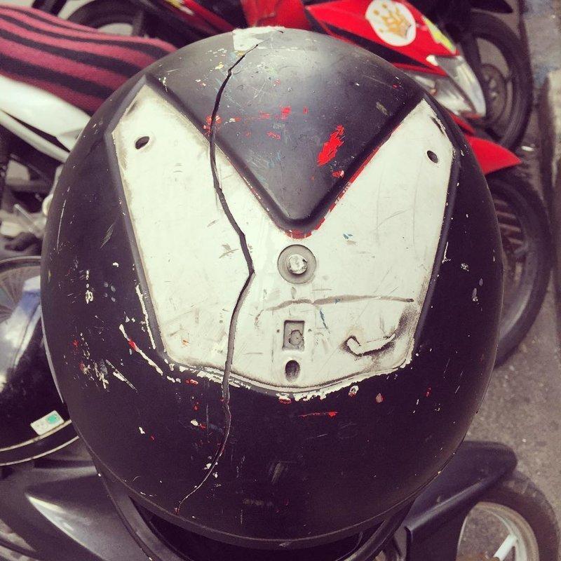 18. А ведь от удара треснул лишь шлем... безопасность, береги жизнь, велосипедный шлем, каски, опасно, шлемы, экстрим