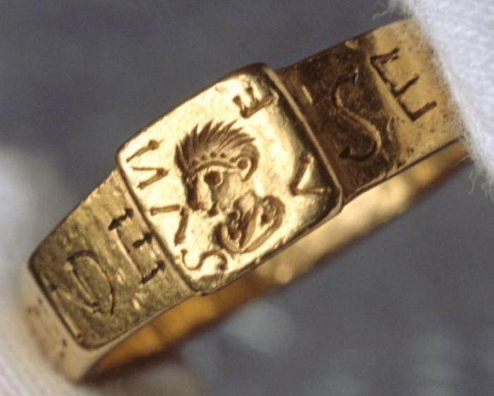 <br>Когда Сильвиан был в храме, его золотое кольцо было украдено у него. \ Фото: vanillamagazine.it.