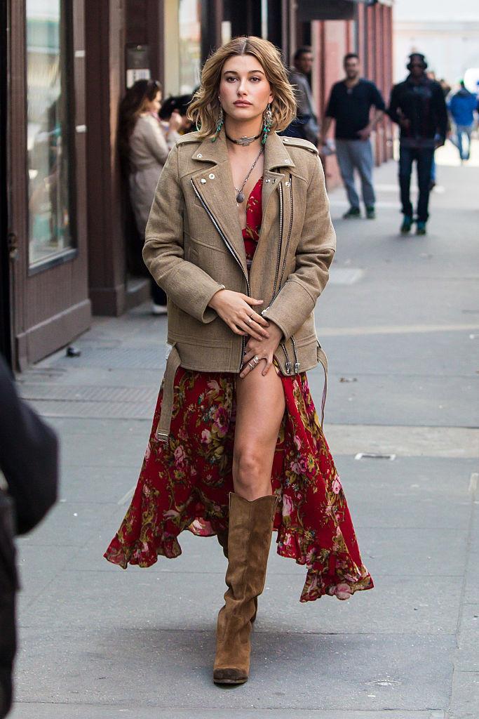 Хейли Болдуин в сарафане в стиле бохо и короткой куртке