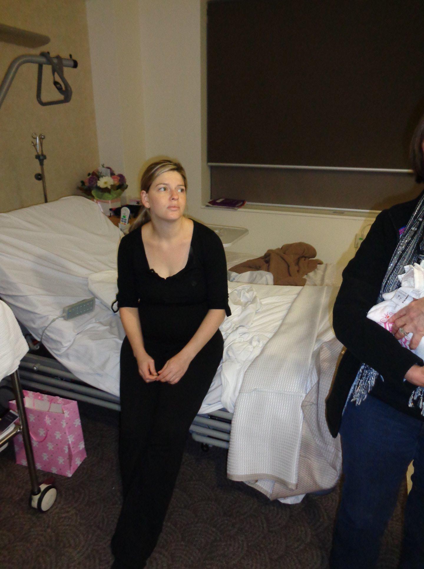 Мама жёстко объяснила, почему не надо ходить в гости к новорождённым