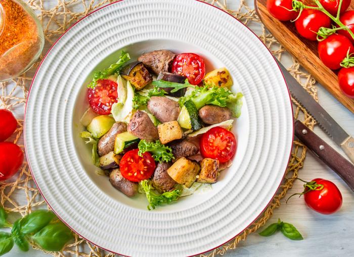 Салат с куриными сердечками.  Фото: vkusnyblog.ru.