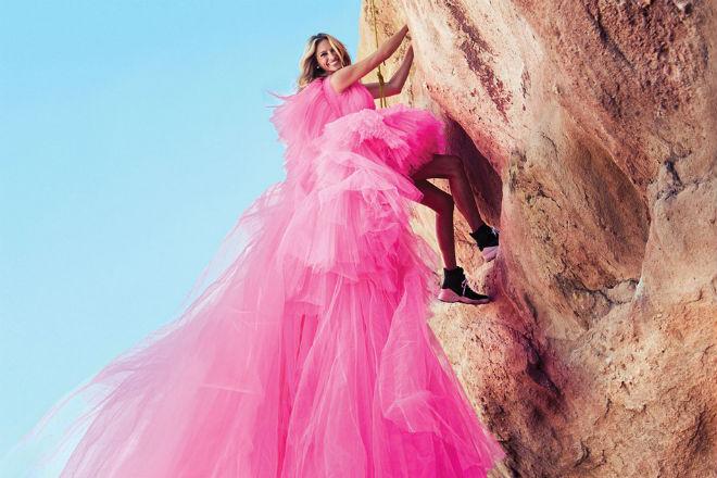 Джулия Робертс в коротком платье устроила фотосессию на скале
