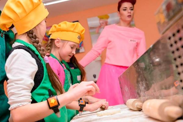 10 кулинарных навыков, которым стоит обучить ребенка