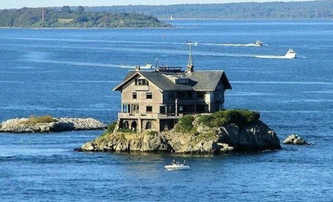 Мужчина потерял дом, но не опустил руки. Купил за бесценок скалу и возвел неприступный дворец