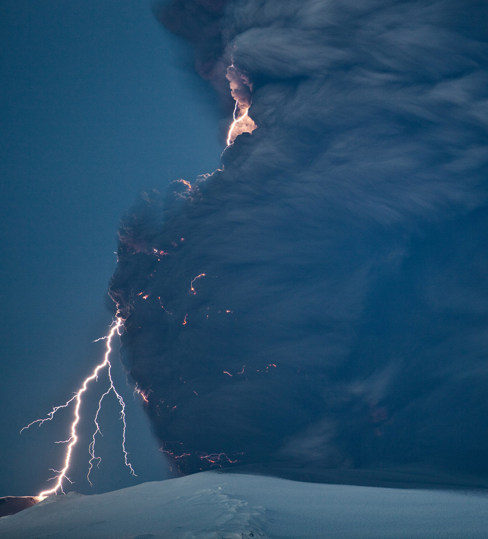 Молнии во время извержения вулкана