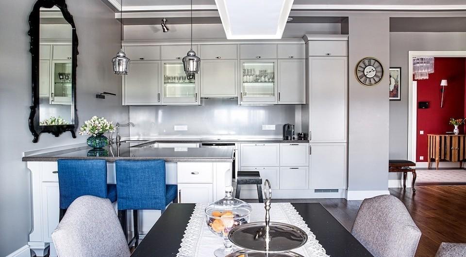 Кухонная композиция оформлена в максимально нейтральном ключе, без привлекающих внимание контрастов, дабы эта часть интерьера была удобна и лишь служила фоном для зоны отдыха и общения