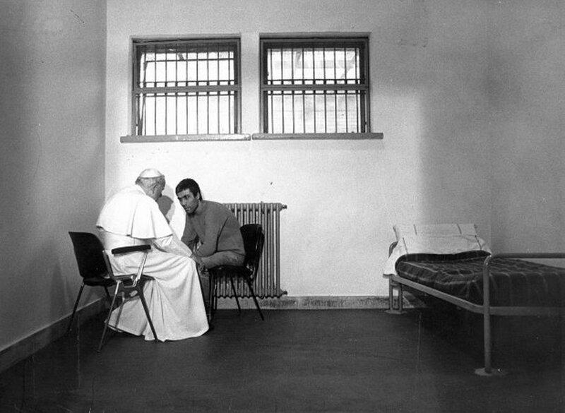 Папа Римский Иоанн Павел II встречается с Мехметом Агкой, человеком, который пытался убить его 27 декабря 1983 года