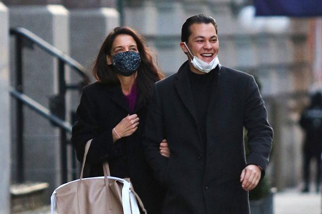 В хорошем настроении: Кэти Холмс и Эмилио Витоло на прогулке по Нью-Йорку Звездные пары