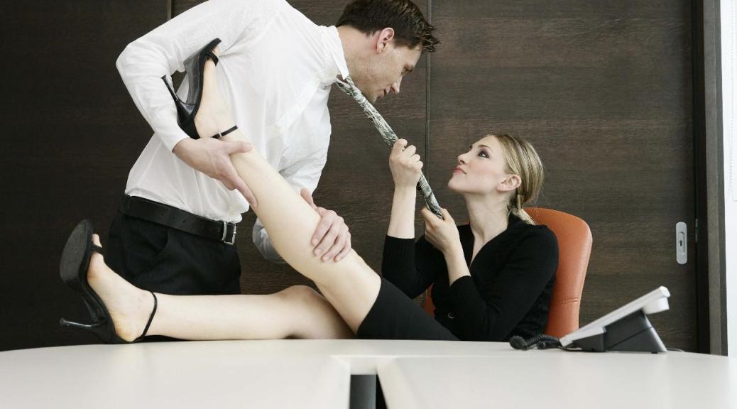 Чем заняты озабоченные девушки на работе — pic 4