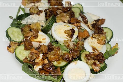 Залить заправкой салат.