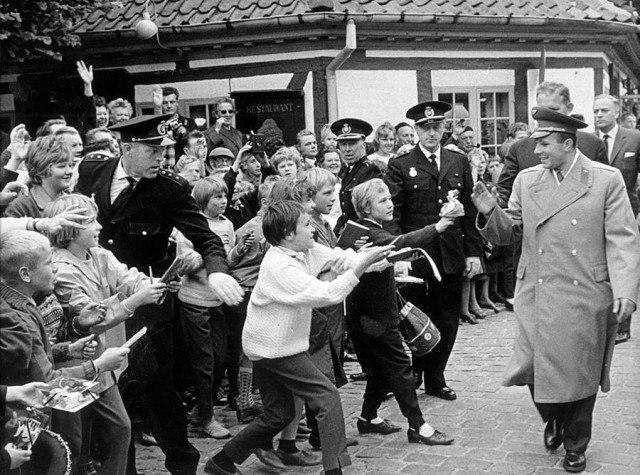 Британские мальчишки приветствуют первого космонавта Юрия Гагарина.