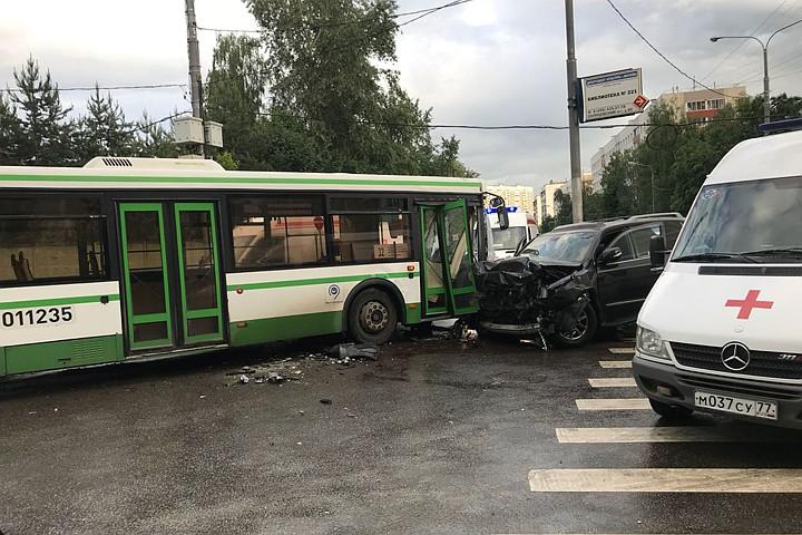 На западе Москвы внедорожник протаранил автобус: ранены 7 человек