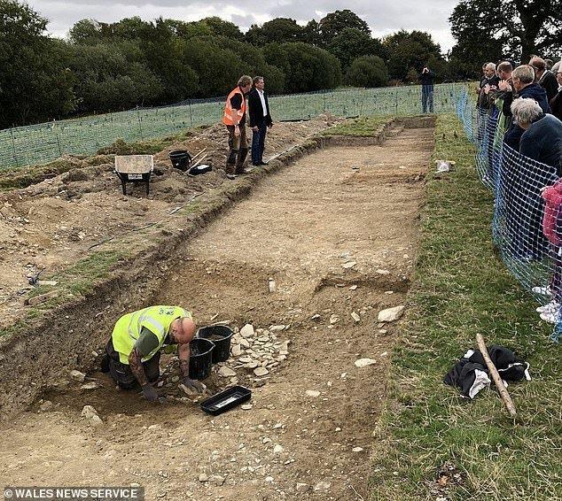 И на основании уже сделанных находок можно предположить, что работа по строительству насыпи началась не в VIII веке, а намного раньше археологические находки, археология, британия, гипотеза, история, раскопки, ученые, уэльс