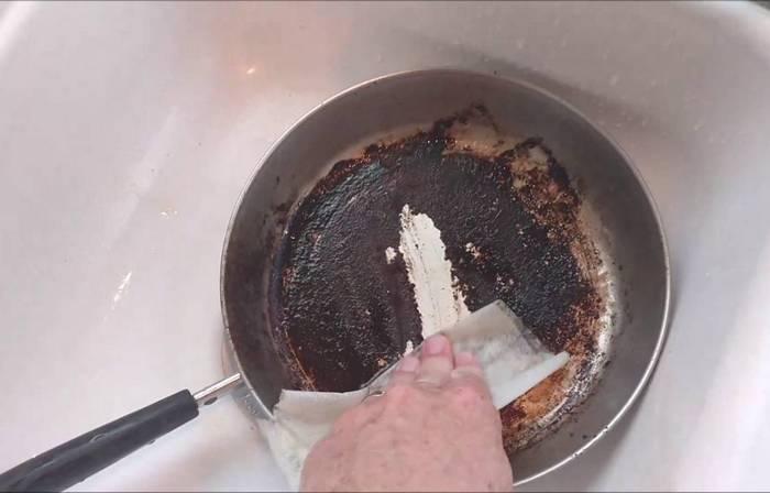 Кухонная реанимация: самый простой способ, как спасти подгоревшую сковородку (с помощью подручных средств)