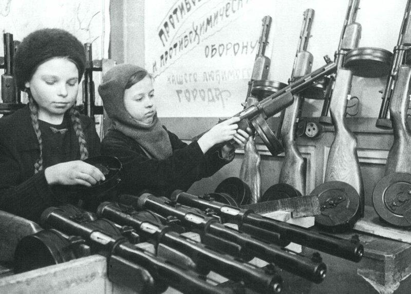 Две девочки-подростка собирают автоматы во время осады Ленинграда 1943 года