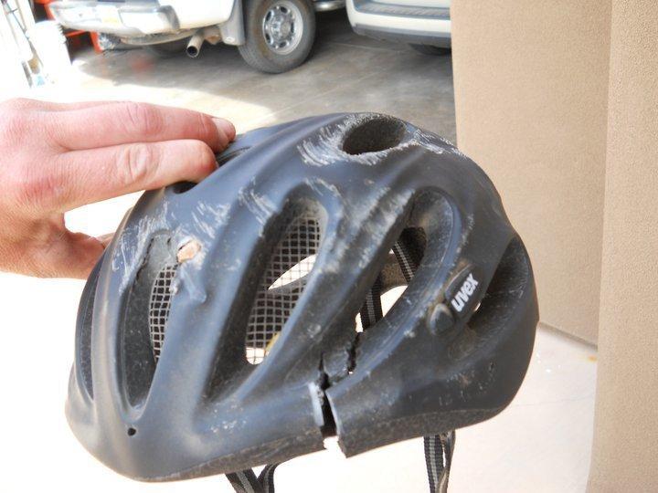 13. Обычный шлем спас голову велосипедисту, он отделался легким сотрясением безопасность, береги жизнь, велосипедный шлем, каски, опасно, шлемы, экстрим