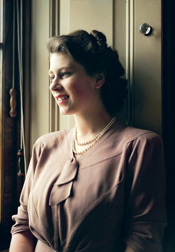 20-летняя принцесса Елизавета в своей гостиной в Букингемском дворце 19 июля 1946 года