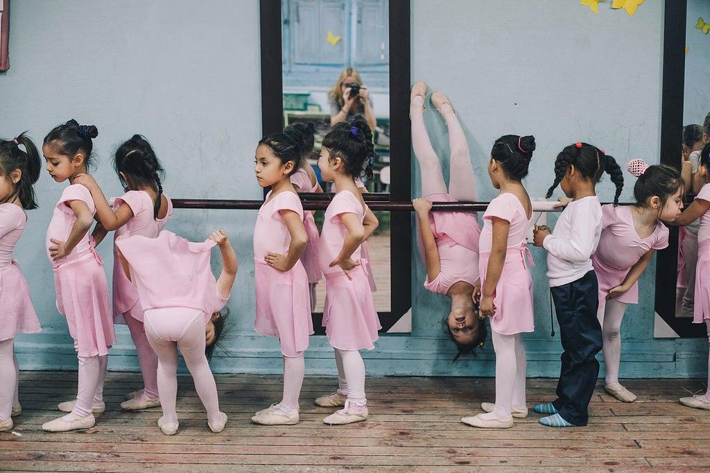День рождения, смешная картинка девушка танцует