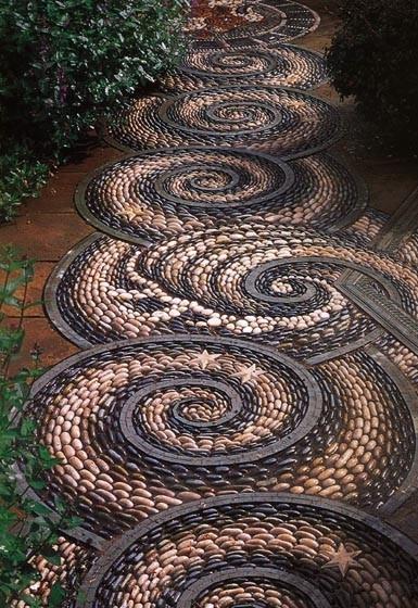 Мозаика из гальки на садовом участке.