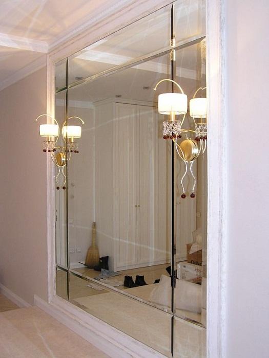 Безрамное зеркало - очень эффектное украшение маленькой комнаты.