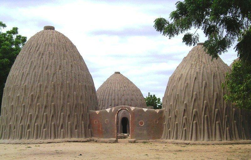 Стена вокруг хижин указывает на то, что все эти дома принадлежат одной семье. архитектура, африка, интересное, строительство, факты, шедевры