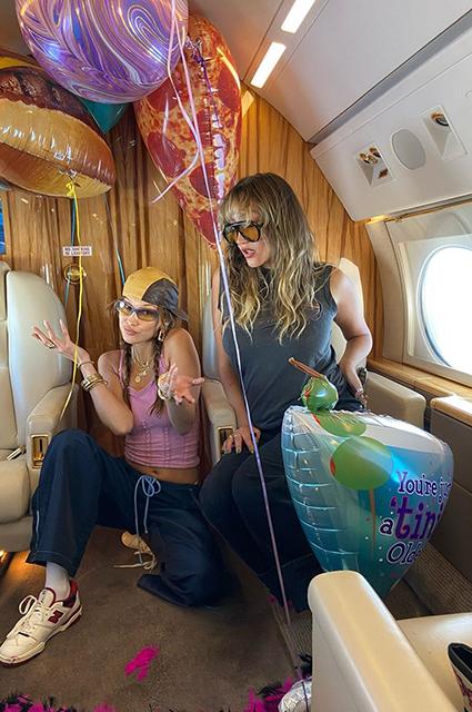 Частный самолет и пикник на озере: как Белла Хадид отпраздновала день рождения Новости