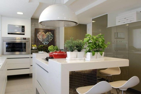 белые вазоны с цветами в интерьере кухни