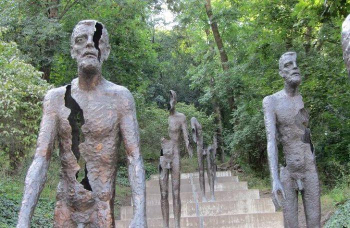 Внушительный мемориал из семи бронзовых фигур, созданный коллективом архитекторов, был установлен в мае 2002 года в память о жертвах коммунистического правления.