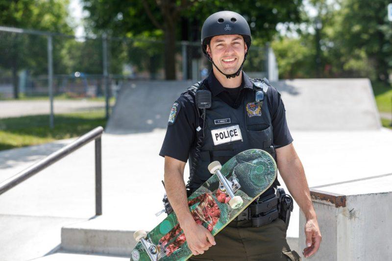 Значок, пистолет, кобура и доска: первый в Канаде полицейский – скейтбордист