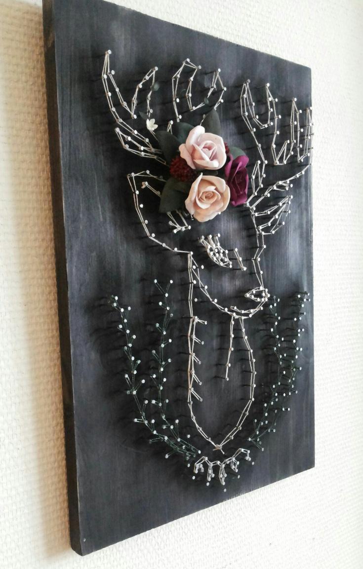 Олень из гвоздей и цветов