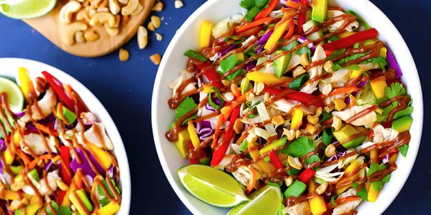Салаты из свежей капусты: Салат с капустой, курицей, авокадо, манго и болгарским перцем