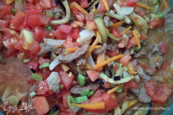 Добавить нарезанные томаты и томатный сок. Не плотно накрываем крышкой или крышкой-сеткой и даём минут 10 всем ингредиентам породниться на медленном огне.