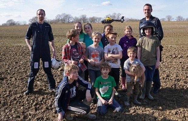Заметив детей в поле, полицейские подумали, что это розыгрыш. Но внезапно они догадались!