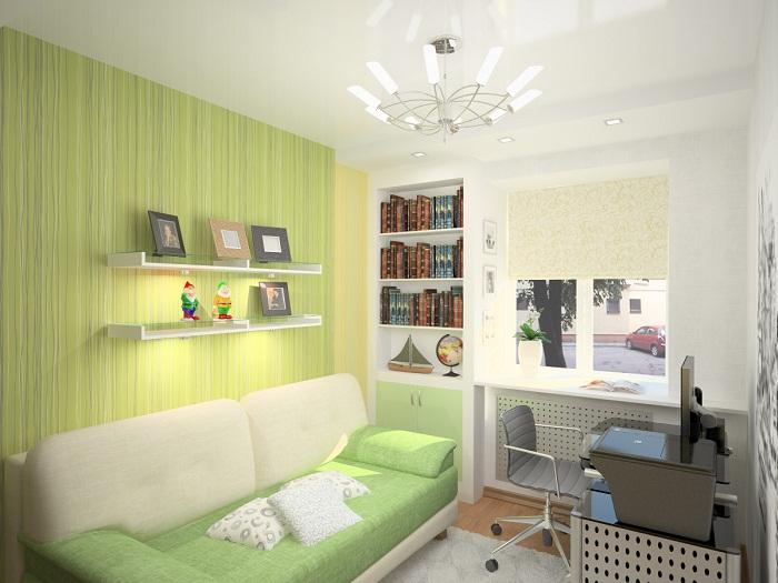 Большая люстра и глянцевый подвесной потолок визуально расширят пространство.
