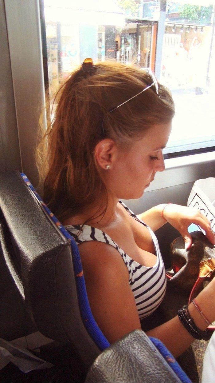 девушка в общественном транспорте - 3