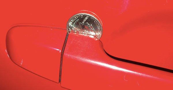 Если вы увидите монету в двери своей машины, действуйте немедленно!