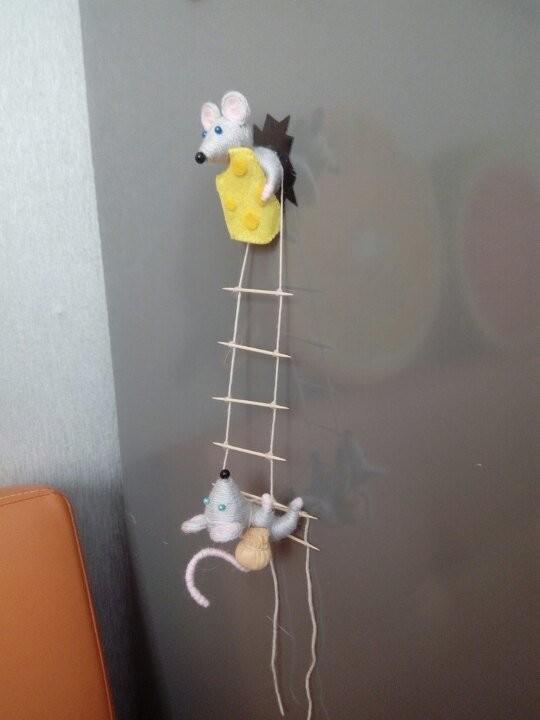 Вот такие магниты мышек-воришек из пробок я делаю в подарок своим родным и близким