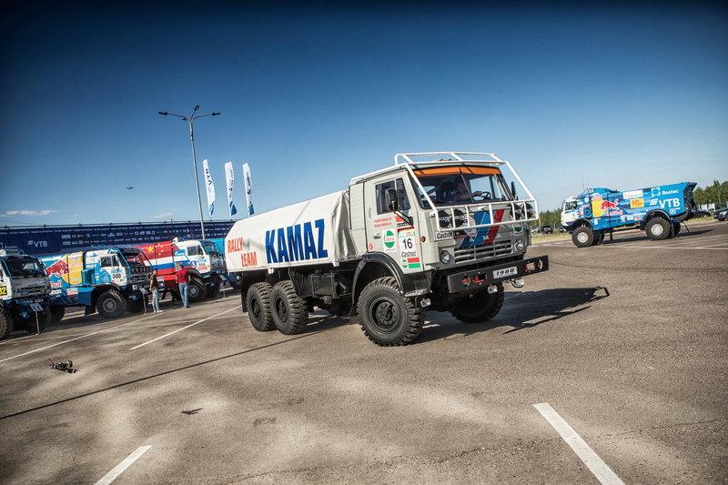 Самый первый и самый новый гоночные КАМАЗы: наглядное фото